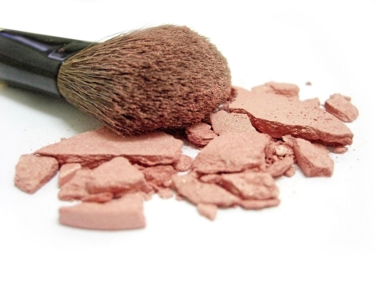 broken-blush-and-makeup-brush-1171197